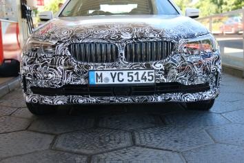 """BMW 5er Lim Erlkönig mit Matrix Licht und """"geschlossener Niere"""""""