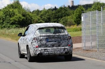 BMW X 3 Erlkönig vermutlich mit 4 Zyl. Motor 1 Auspuffrohr scheint nicht angeschlossen...