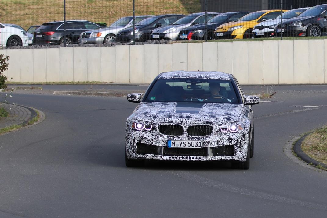 """BMW M5 auf dem Weg zum """" Reifenfassen"""" von Pirelli"""