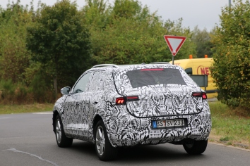 VW Polo SUV Erlkönig höher gelegt und mit Dachreling