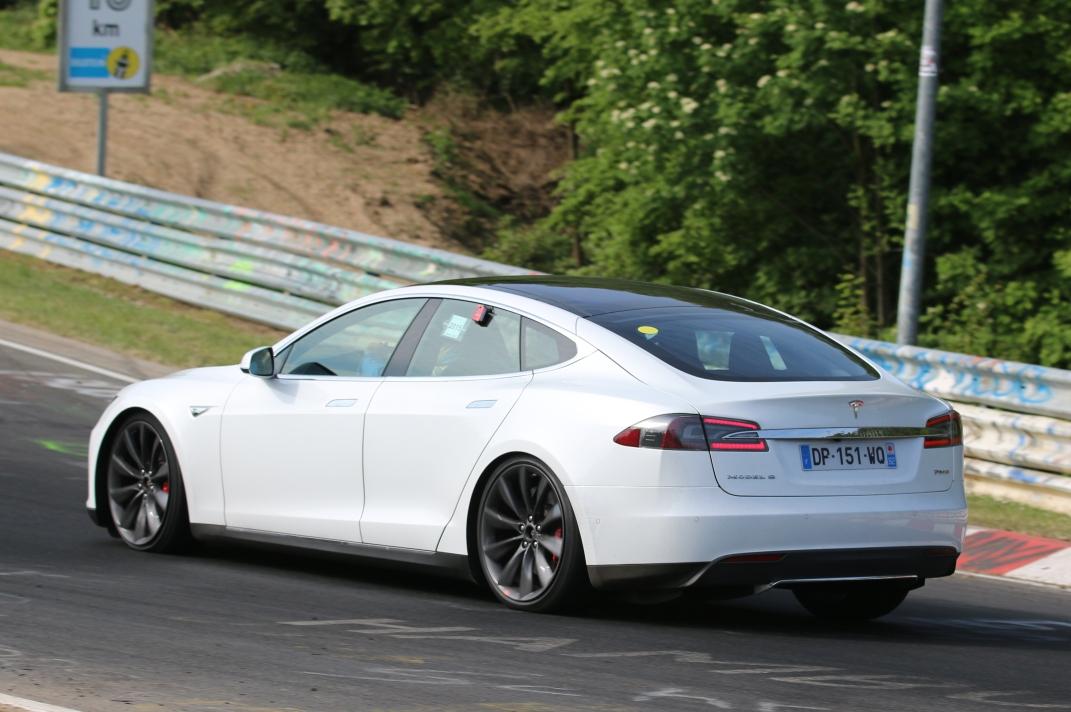 Tesla bei Fahrwerkstest auf dem Ring
