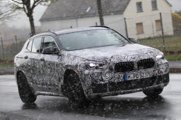 BMW X2 Erlkönig im Schneegestöber